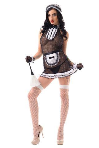 Костюм состоит из черного полупрозрачного платья с орнаментом и горловиной декорированной черно-белым жабо, передника и головного убора
