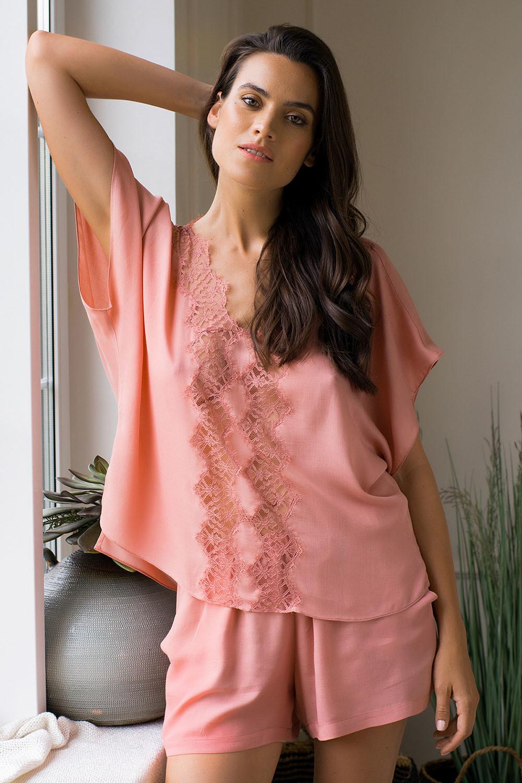 Прелестная пижама с шортиками выполнена из легкой вискозной ткани фото