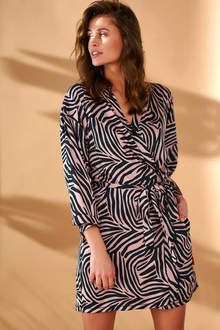 Элегантный халат-кимоно свободного силуэта выполнен из атласного полотна с принтом «зебра»