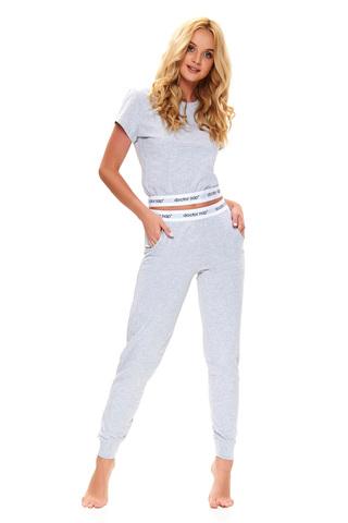 Стильная пижама состоит из укороченного топа и брюк