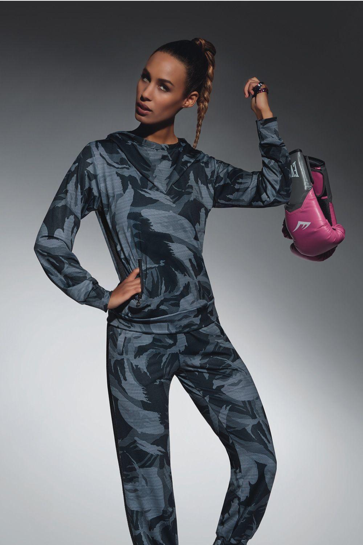 Толстовка с капюшоном для фитнеса свободного кроя цвета милитари Athena top 200 den изготовлены из полностью непрозрачного, эластичного, корректирующего фигуру материала фото