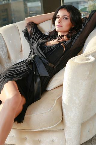 Халат Mia-Amore выполнен из тонкой легкой сетки с отделкой по рукавам и низу из кружева Шантильи