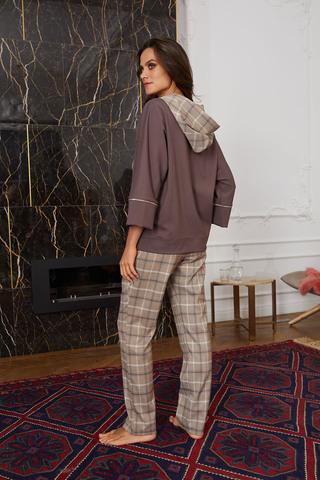 Элегантные брюки выполнены из тонкой, приятной клетчатой ткани