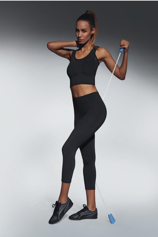 Легинсы-бриджи (длина 70 см) для фитнеса черного цвета Forcefit 70 200 den изготовлены из полностью непрозрачного, эластичного, корректирующего фигуру материала фото
