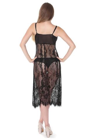 Женская сорочка выполнена из кружевного полотна