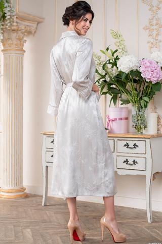 Длинный халат Josephine с центральной застежкой на пуговицы выполнен из искусственного принтованного жаккардового полотна