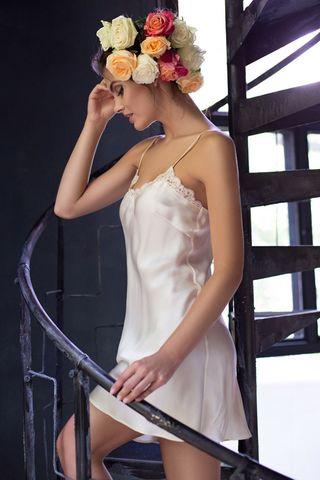 Короткая ночная сорочка полуприлегающего силуэта с V-образным вырезом на полочке из натурального шелка