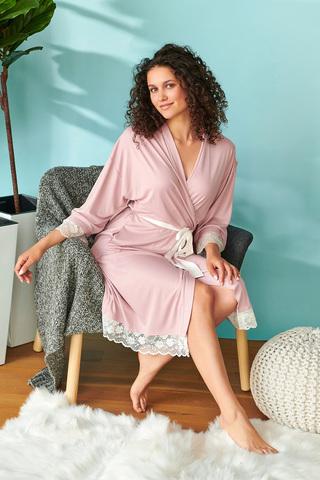 Элегантный халат-кимоно свободного силуэта выполнен из трикотажного полотна высшего качества в сочетании с нежным кружевом