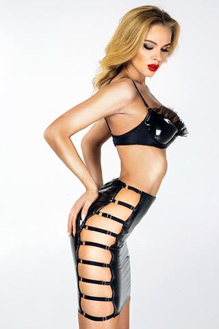 Сексуальная черная лакированная юбка оснащена регулируемыми стрэп-лентами на бедрах, что позволяет ее идеально посадить на любую фигуру