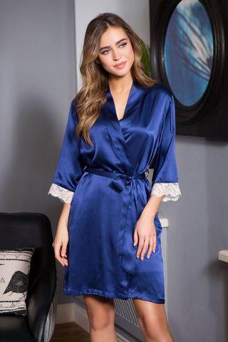 Короткий халат прямого силуэта выполнен из натурального шелка