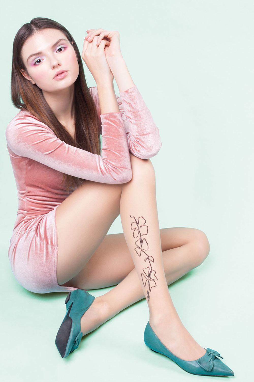 Телесные фантазийные колготки Sarah декорированы тонким цветочным узором чуть выше лодыжки фото