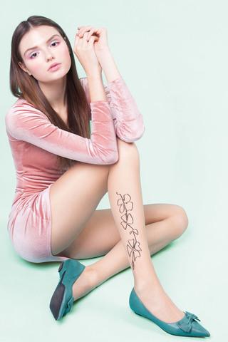Телесные фантазийные колготки Sarah декорированы тонким цветочным узором чуть выше лодыжки