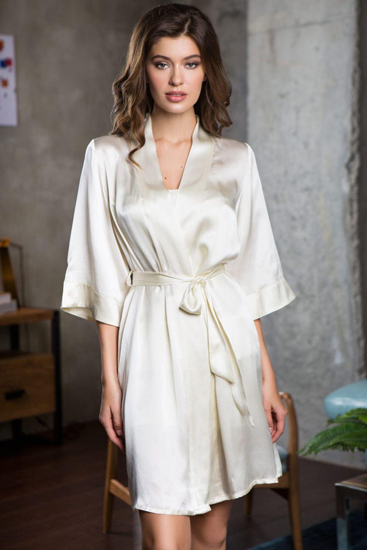 Халат прямого силуэта выполнен из натурального шелка фото