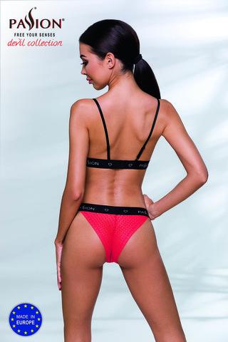 Эффектный комплект белья Glamiss выполнен из эластичной сеточки красного цвета и черных стреп-лент с фирменным логотипом