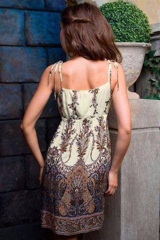 Сорочка средней длины (до колен) прямого силуэта выполнена из вискозы с фантазийным принтом