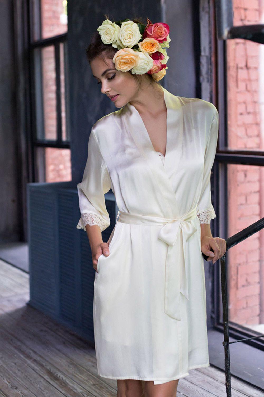 Короткий халат прямого силуэта выполнен из натурального шелка фото